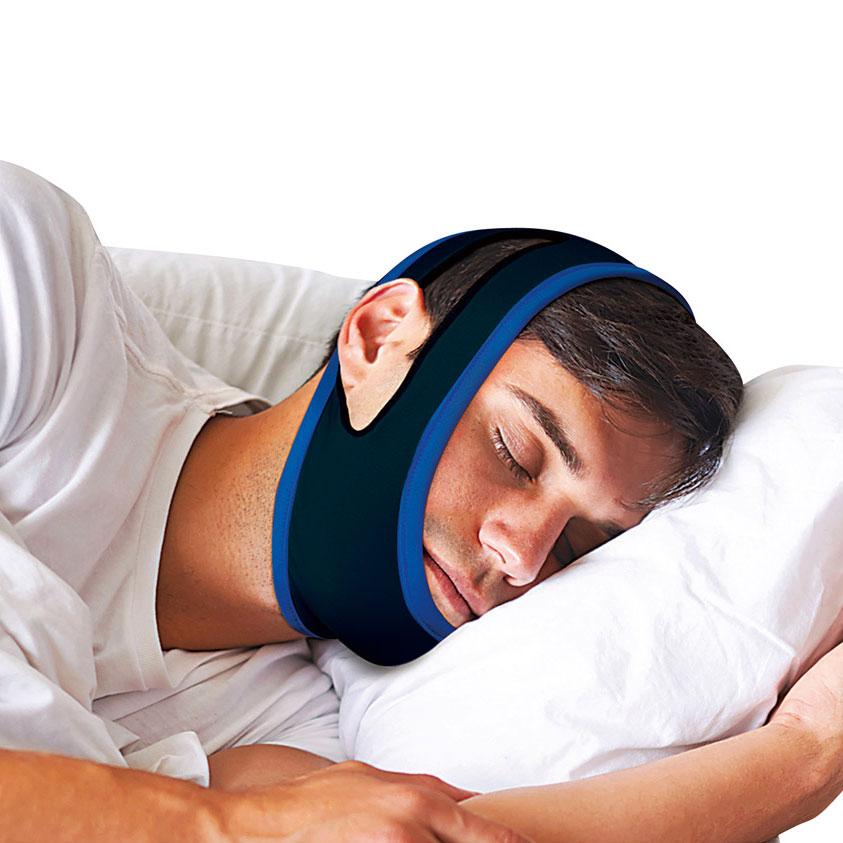 Junger Mann trägt während des Schlafens ein Anti-Schnarchband, welches sein Kinn umschließt.