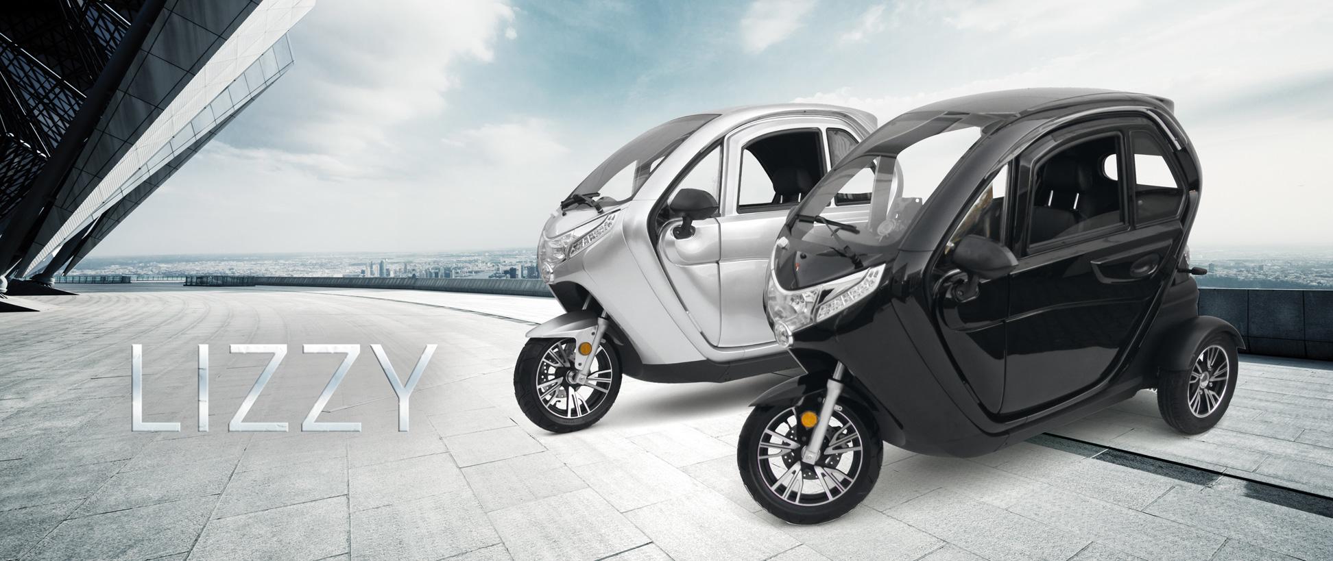 Die beiden Varianten des Elektrokabinenroller Lizzy in einem Stadtmotiv.