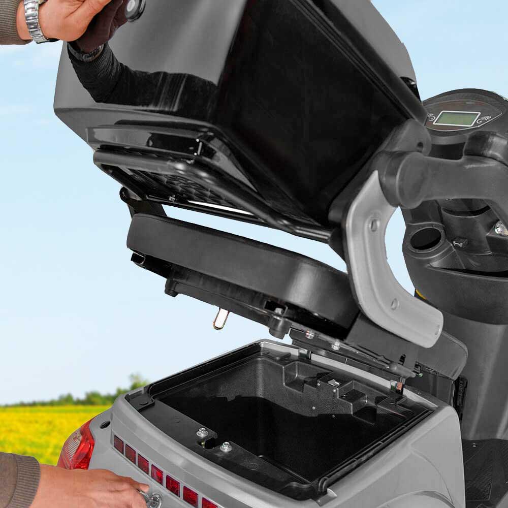 Kofferraum eines Elektromobils, der sich unterhalb des Gepäck-Koffers befindet.