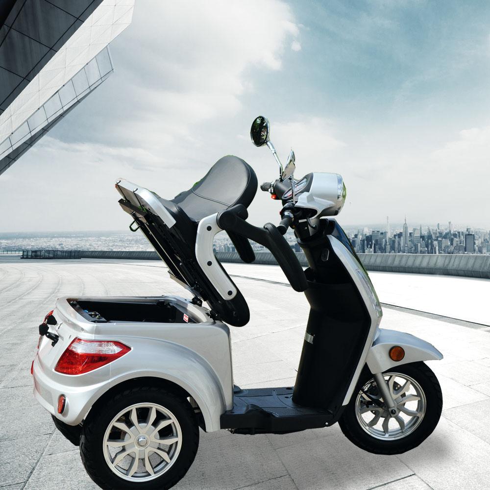 Elektromobil mit geöffnetem Gepäckfach