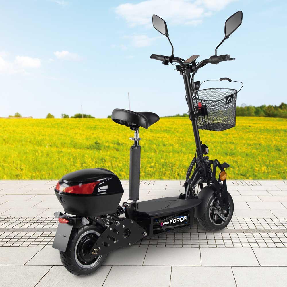 Rückansicht eines modernen E-Scooters - inklusive Sitz, Gepäckfächern und Blinkanlage.