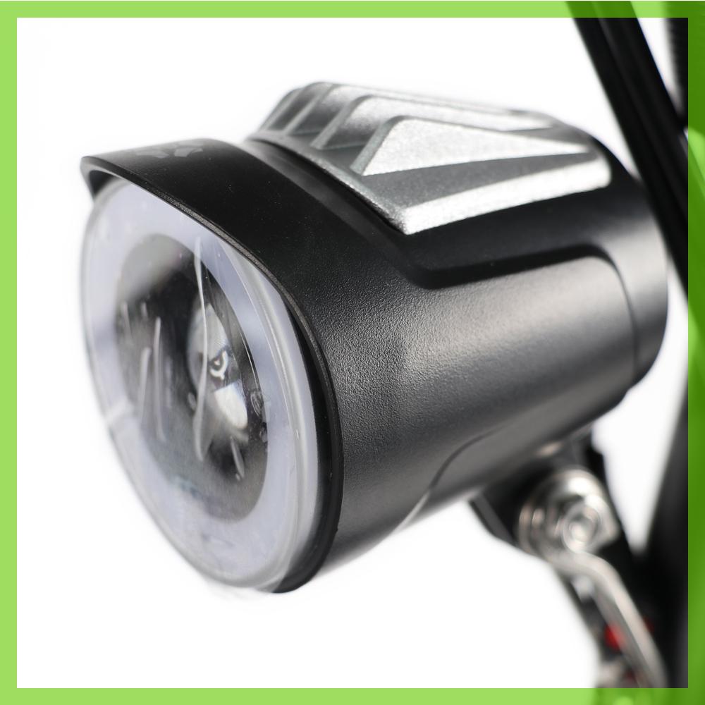 Der E-Scooter ist am Lenker mit LED-Scheinwerfern ausgestattet