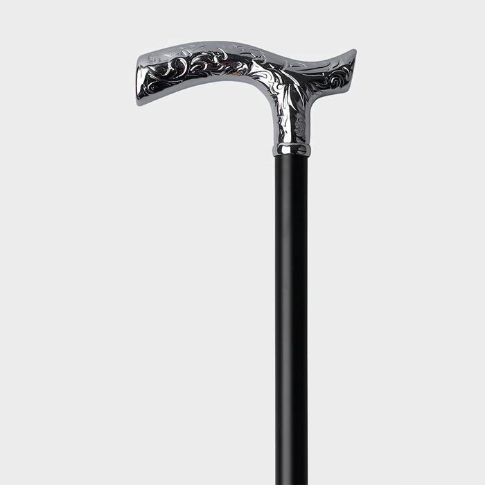 Ein Gehstock aus dunklem Holz. Der Griff besteht aus einem aufwendig gestaltetem Metall.