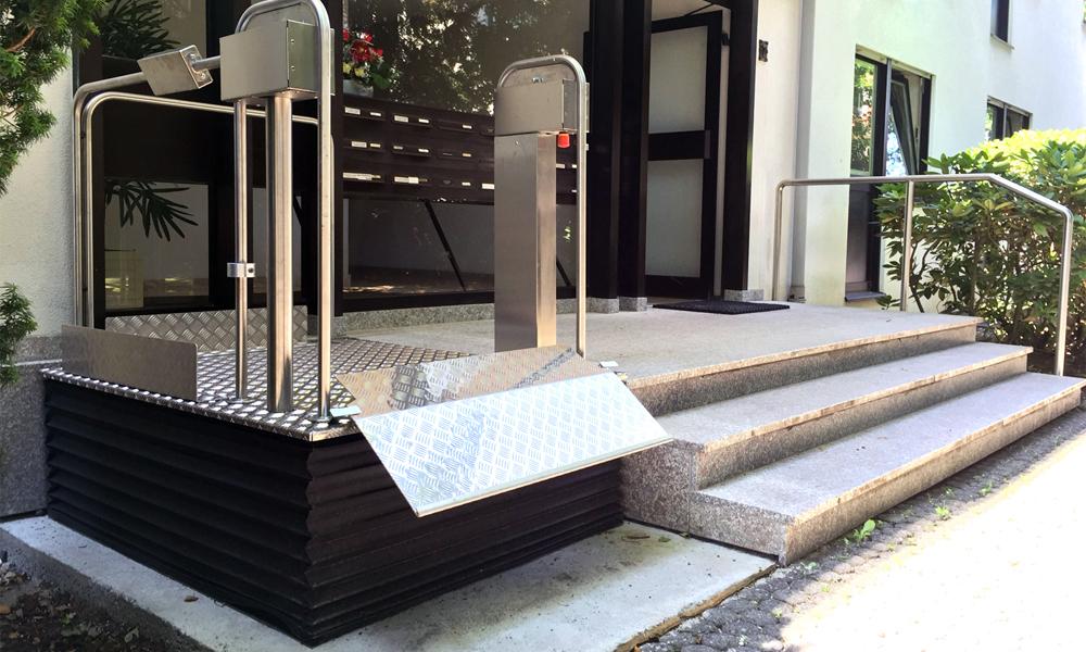Beispiel eines Plattformliftes, mit dem man kleinere Erhöhungen überwinden kann.