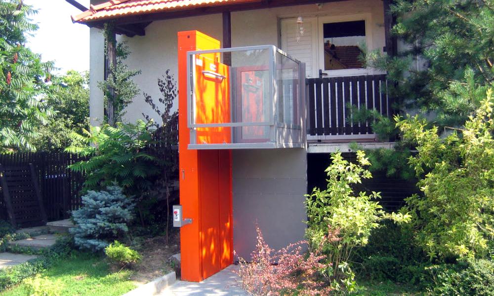 Plattformlift, der einen Rollstuhl auf Höhe des Balkons befördern kann.