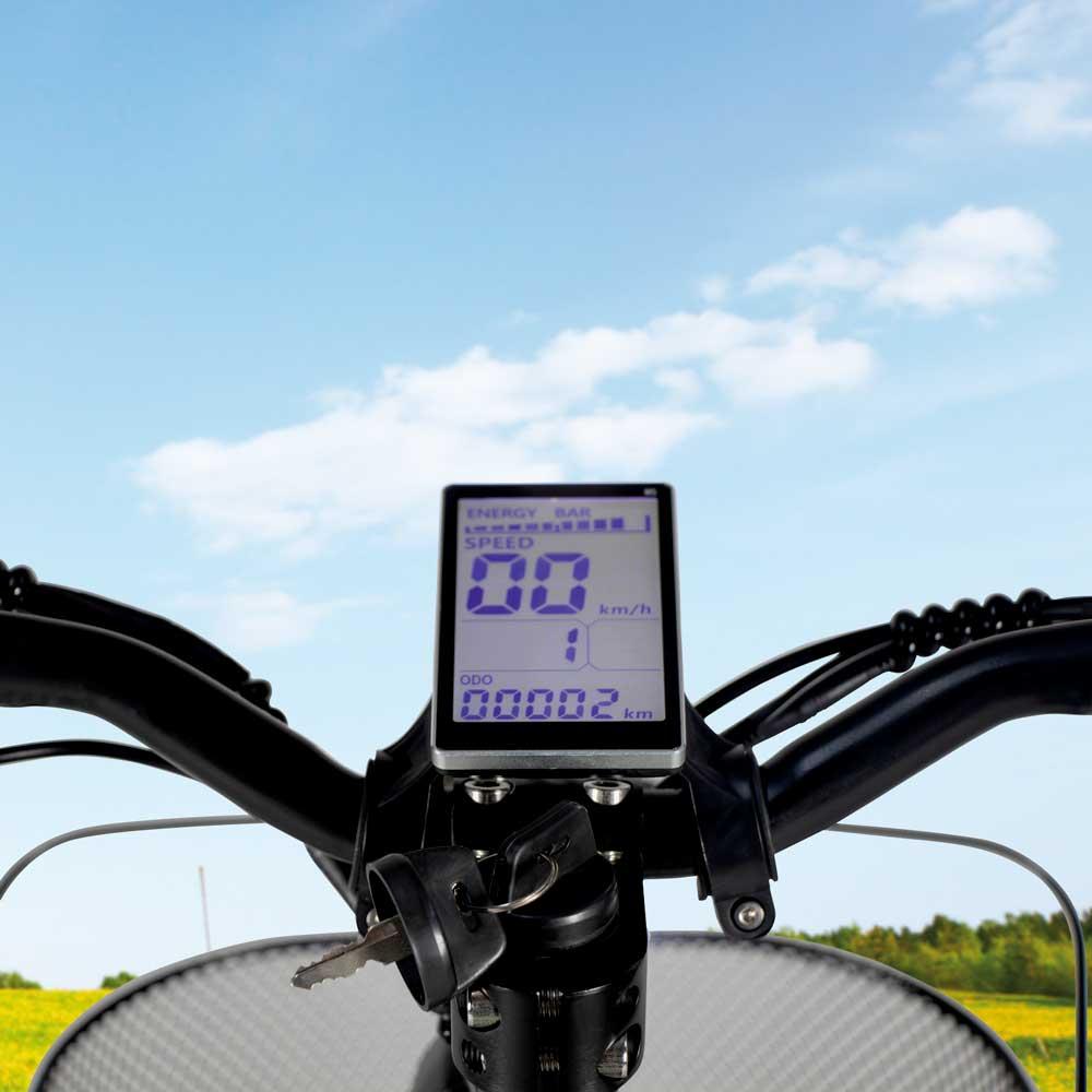 Das Display eines modernen E-Scooters, auf dem die aktuelle Geschwindigkeit ablesbar ist.